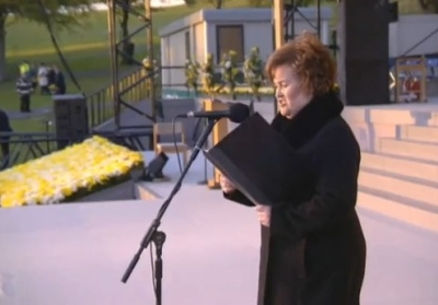 Susan Boyle sings for the Pope Make Me A Channel For Your Peace