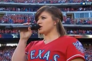 Kelly Clarkson Belts Out The National Anthem