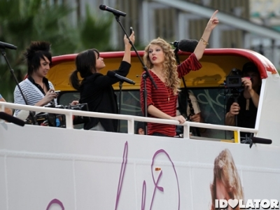 Taylor Swift Rides The Bus, Gives A Free Show To Fans In Hollywood