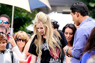 Avril Lavigne Hangs At The Grove (PHOTOS)