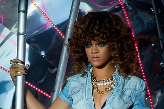 Rihanna Sizzles At V Festival (PHOTOS)