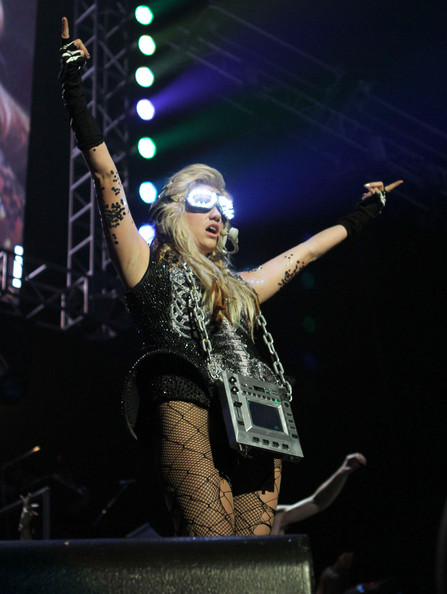 Kesha live