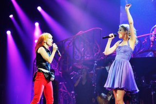 "Taylor Swift And Hayley Williams Show Nashville ""That's What You Get"""