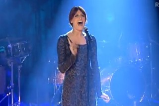 "Florence + The Machine Performs ""Shake It Out"", Talks Hangovers"