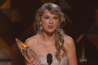 CMA Awards: Taylor Swift, Kelly Clarkson & The Full List Of Winners