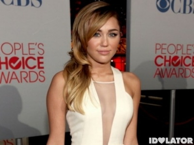 miley-cyrus-peoples-choice-awards-red-carpet-500x718