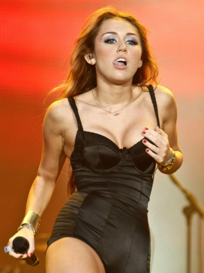 The cleavage thread! - Page 2 Miley-cyrus-cleavage-performance-420x560
