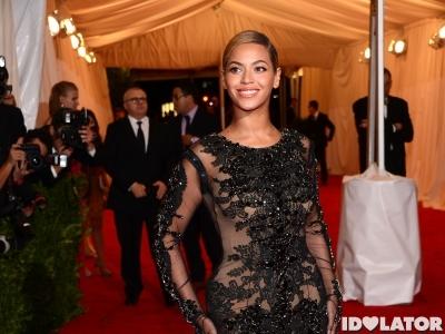 Beyonce Peacocks On The 2012 Met Gala Red Carpet
