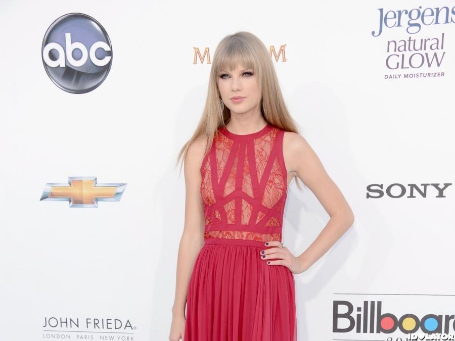 Taylor Swift 2012 Billboard Music Awards Red Carpet