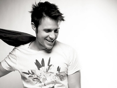 Kris Allen black and white t-shirt smiling