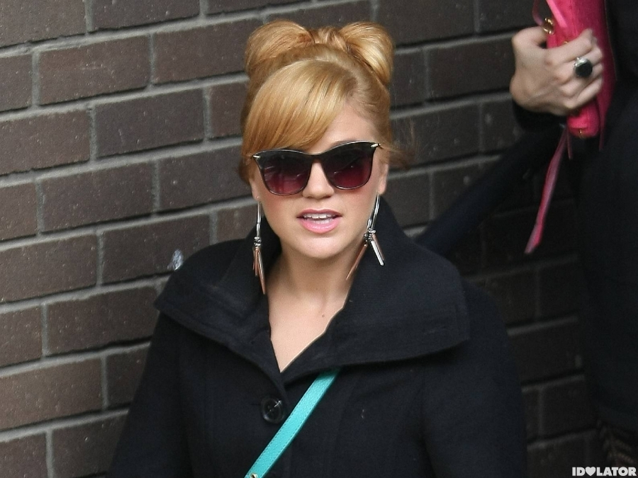 Kelly Clarkson Channels Old School Lady Gaga