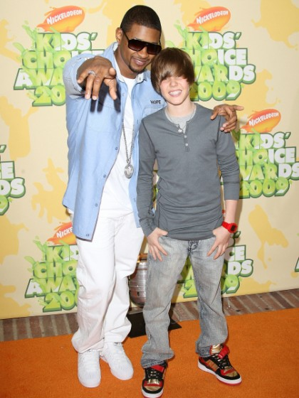¿Cuánto mide Justin Bieber? - Real height Justin-bieber-usher-2009-kids-choice-awards-420x560