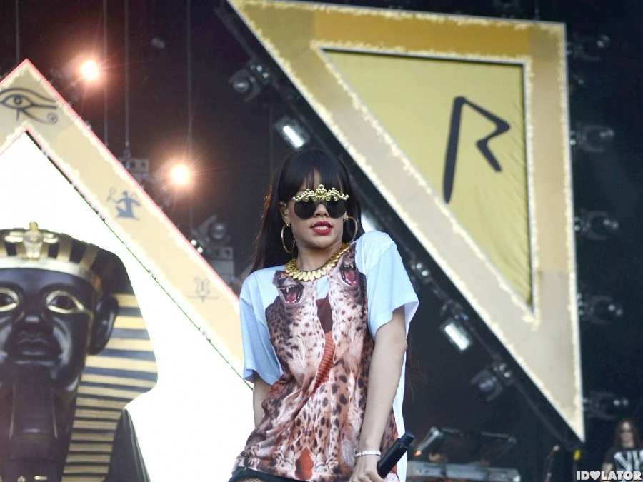 Rihanna Rocks Fishnets At Hackney Weekend