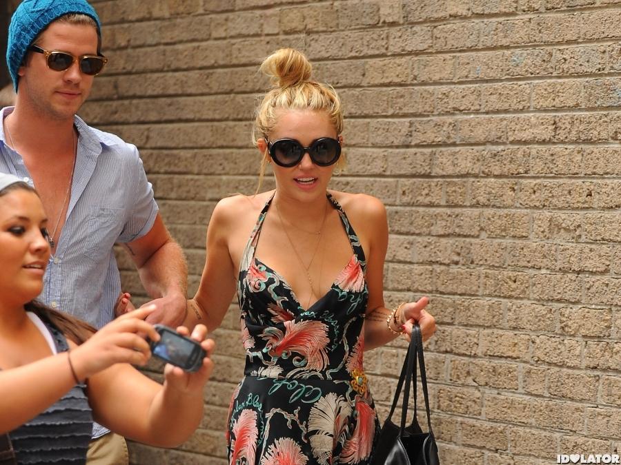 Miley & Liam: Mobbed In Philadelphia