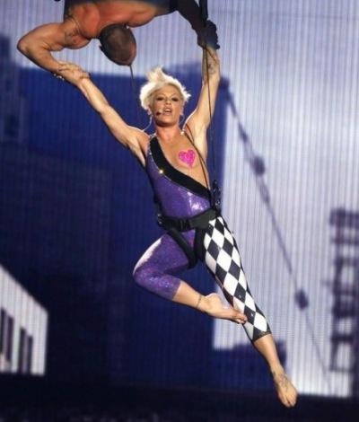 pink-performs-sober-on-trapeze-at-2009-vmas