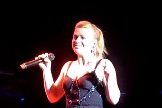 """Kelly Clarkson Nails """"A Moment Like This"""" 10 Years Later: Morning Mix"""