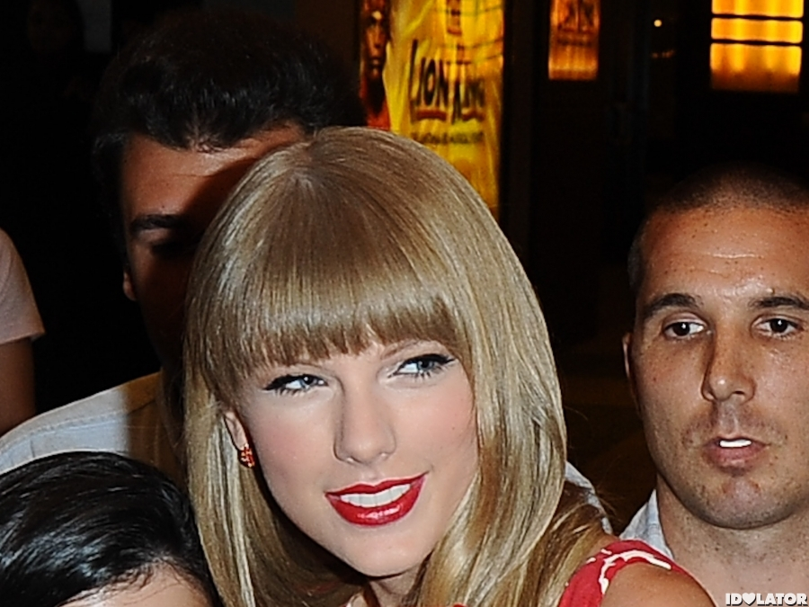 Taylor Swift Promotes 'Red' In Red