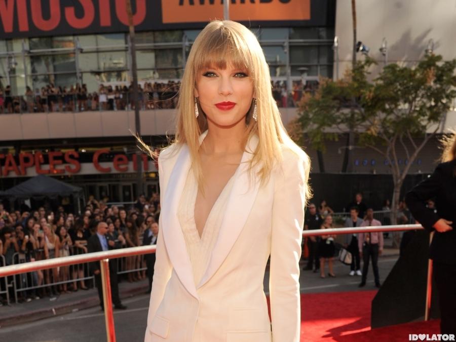 Taylor Swift Walks The 2012 MTV VMAs Red Carpet