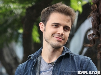 "Kris Allen Stops by The Grove for ""Extra"""