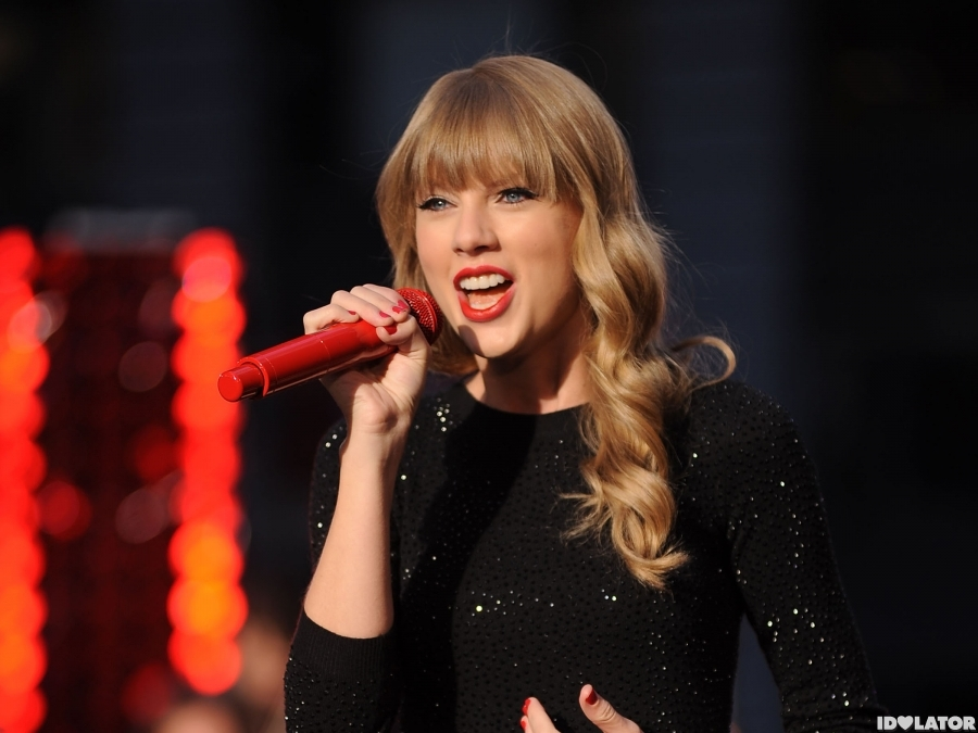 Taylor Turns Times Square 'Red'