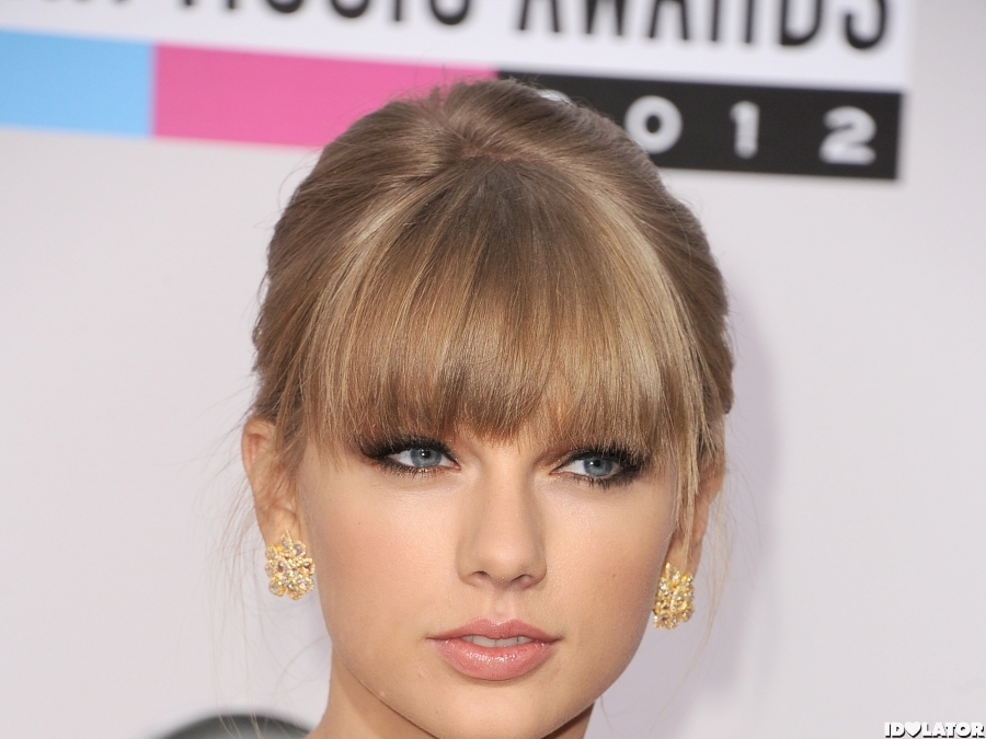Taylor Swift Stuns Again On The Red Carpet