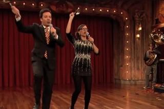 Jimmy Fallon & Rashida Jones Parody One Direction, Rihanna, PSY In Holiday Medley: Watch