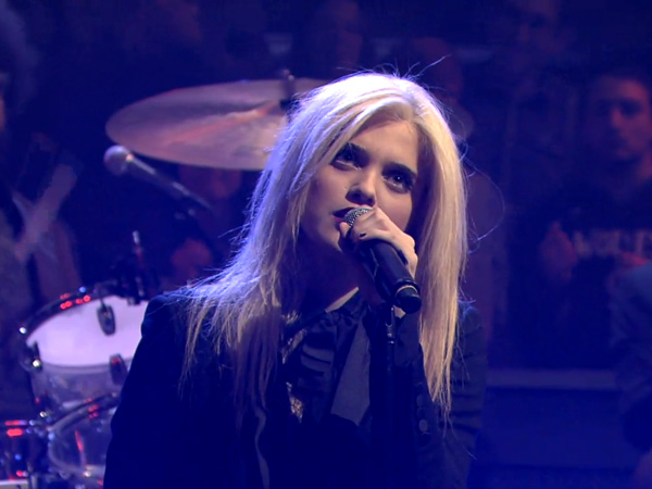 "Sky Ferreira Performs ""Everything Is Embarrassing"" On ..."