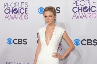 People's Choice Awards 2013: Taylor Swift Wears A White Hot Gown