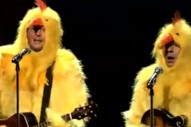 """Blake Shelton & Jimmy Fallon Cluck The Lumineers' """"Ho Hey""""…Dressed As Chickens"""