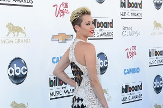 Billboard Music Awards 2013: Miley Cyrus Goes Black And White On The Blue Carpet