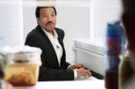"""Lionel Richie Sings """"Hello"""" Inside A Refrigerator In Tap King Beer Ad: Watch"""
