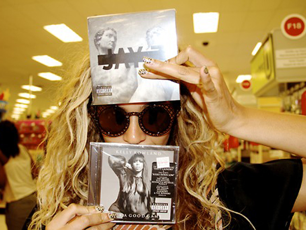 Beyonce holds Jay Z and Kelly Rowland CDs