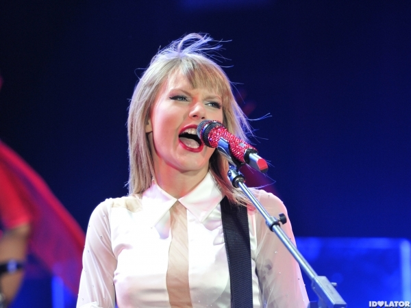 Taylor Swift Heats Up The Stage