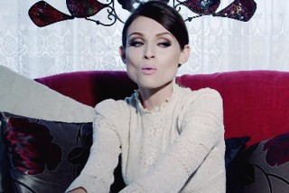 "Sophie Ellis-Bextor Keeps It Simple And Sophisticated In Her ""Young Blood"" Video: Watch"
