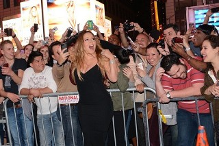 Mariah Carey Was A Very Approachable Chanteuse In New York's Times Square: 7 Pics