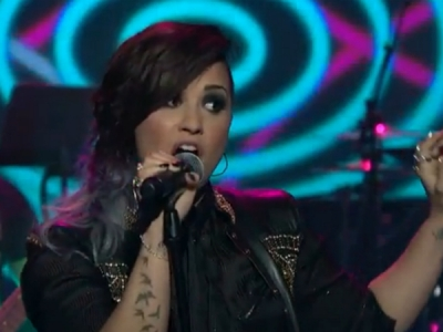 """Demi Lovato Performs """"Really Don't Care,"""" Talks Mermaids And Aliens On 'Late Night': Watch"""