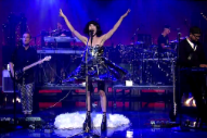 "Kimbra Performs ""90's Music"" On 'David Letterman': Watch"