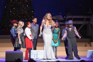 """Mariah Carey Comically Stops """"Hero"""" Performance Mid-Song At Beacon Theatre Christmas Concert, Remains Flawless: Watch"""