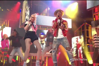 "Gwen Stefani & Pharrell Perform ""Spark The Fire"" At 2014 People Magazine Awards: Watch"