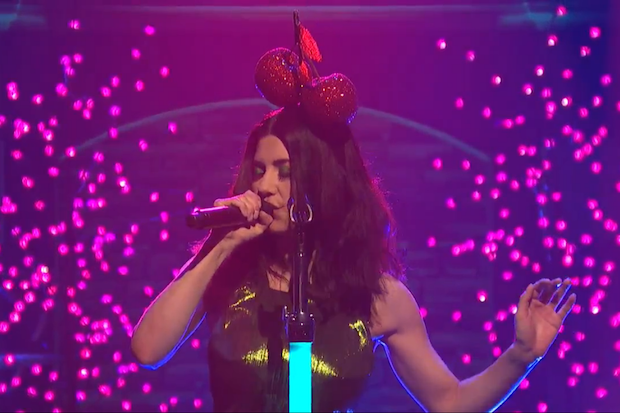 Marina and the diamonds performs froot on late night for Marina performance
