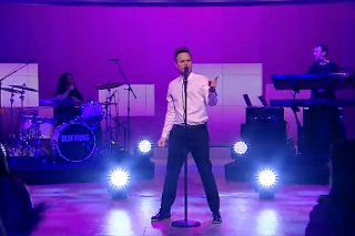 "Olly Murs And Travie McCoy Perform ""Wrapped Up"" On 'The View': Watch"
