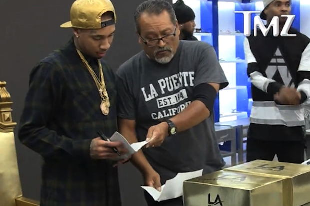 tyga-gets-served-legal-papers