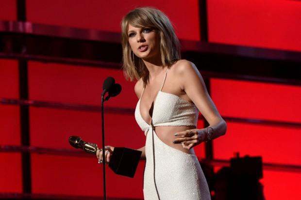 Taylor Swift Billboard Music Awards 2015 win winner 1989 white pantsuit