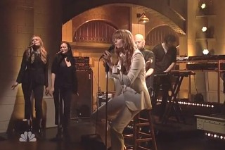 """Florence + The Machine Perform """"Ship To Wreck"""" And """"What Kind Of Man"""" On 'Saturday Night Live': Watch"""