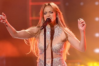 'American Idol' Season 14 Finale: Jennifer Lopez Covers Rihanna, Chris Brown Performs With Pitbull