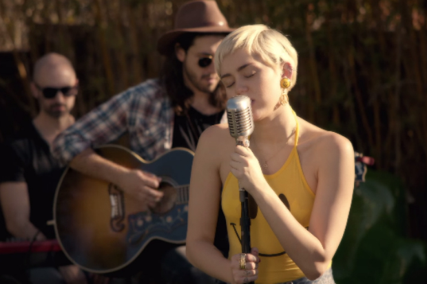 watch miley cyrus cover happy together 50 ways to