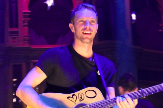"""Chris Martin Covers Prince's """"Raspberry Beret"""" At Chords 2 Cure Benefit Concert: Watch"""