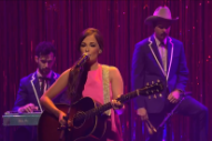"""Kacey Musgraves Premieres """"Family Is Family"""" Song On 'Seth Meyers': Watch"""