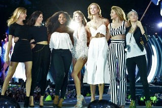 """Taylor Swift Brings Out Kendall Jenner, Serena Williams And """"Bad Blood"""" Friends During '1989' Concert: Watch"""