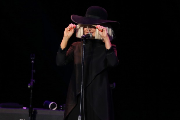 sia perform 2015 hat